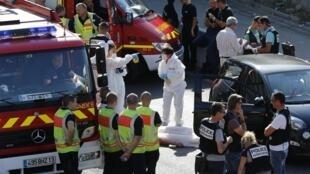Policiais e peritos em uma rua de Marselha, em torno do corpo de um homem baleado em 5 de setembro de 2013.