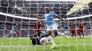 Dan wasan kungiyar kwallon kafa ta Manchester City, Raheem Sterling, lokacin zura kwallonsa a ragar Liverpool