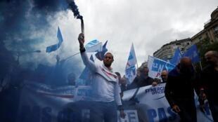 Les forces de l'ordre mobilisés dans les rues de Paris, le 12 juin 2020, pour protester contre les mesures annoncées par le ministre de l'Intérieur pour renforcer les règles de déontologie de la police.
