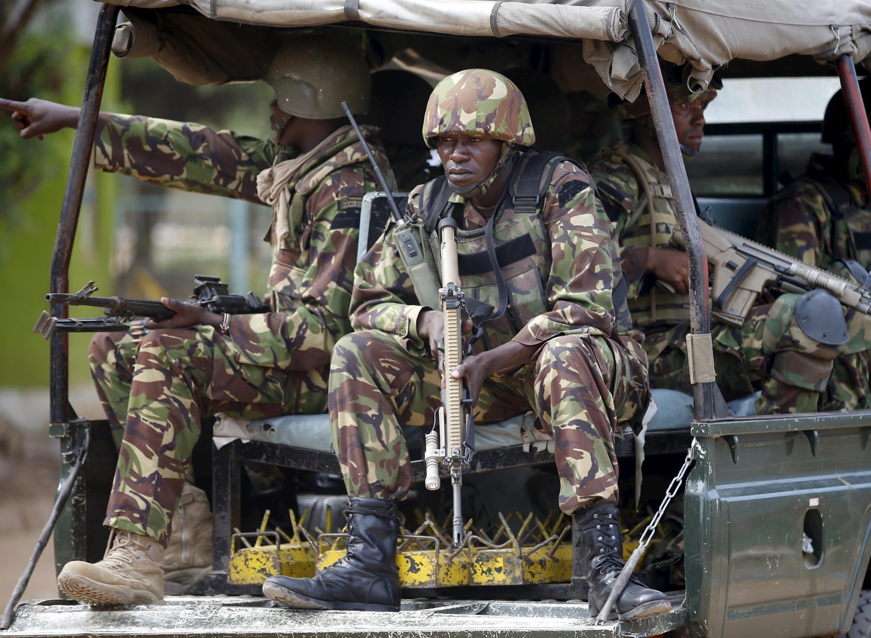 Des soldats kényans à leur arrivée à l'université de Garissa, samedi 4 avril, après l'attaque meurtrière lancée par les terroristes shebabs.