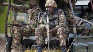 Des soldats kényans à leur arrivée à l'université de Garissa, le 4 avril 2015, après l'attaque meurtrière lancée par les terroristes shebabs. (Photo d'illustration)