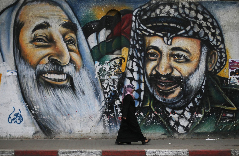 Một bức bích họa tại Gaza vẽ chân dung ông Yasser Arafat (phải) và lãnh đạo Ahmed Yassin - REUTERS /Suhaib Salem