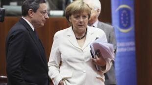 Chủ tịch Ngân hàng Trung ương Châu Âu, ông Mario Draghi (T) và Thủ tướng Đức Angela Merkel