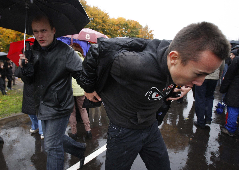 Сотрудник спецслужб в штатском (Л) при задержании участника митинга. Минск 08/10/2011