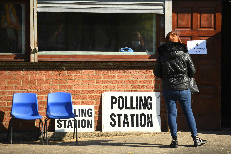 Una mujer aguarda su turno para entrar a votar en una oficina electoral de Hartlepool, al noreste de Inglaterra, el 6 de mayo de 2021
