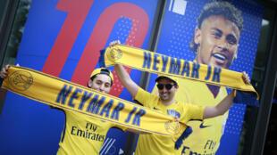 Os torcedores não perderam tempo e desde cedo fizeram fila em frente da loja do Paris Saint Germain para comprar a camisa de Neymar