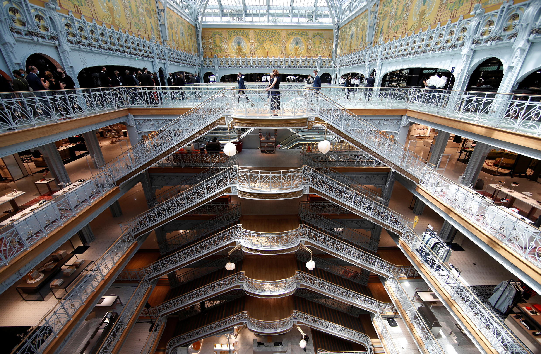 Interior de La Samaritaine con su impresionante escalera Art Nouveau.