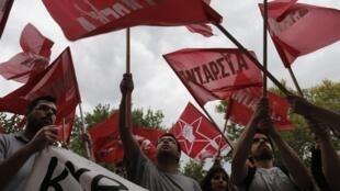 Des protestants à la fermeture de l'ERT à Athènes pointent la décision arbitraire d'Antonis Samaras, le Premier rministre, le 12 juin 2013.