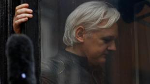 5月19日,在伦敦厄瓜多尔大使馆窗口显身的阿桑奇。