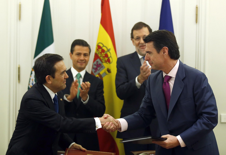 Ildefonso Guajardo Villarreal, el secretario de Economía de México, y José Manuel Soria, el ministro de Industria, Energía y Turismo de España, este 10 de junio del 2014. En el fondo, Enrique Peña Nieto y Mariano Rajoy.