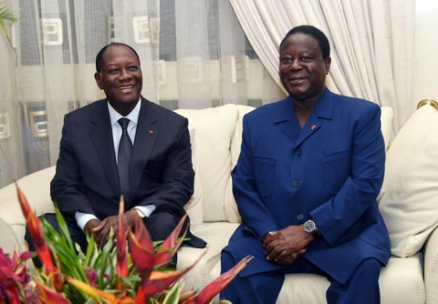Rais wa Côte d'Ivoire Alassane Ouattara (kushoto) na Rais wa zamani Konan Bedié, wakati wa mkutano Oktoba 27, 2015 mjini Abidjan.