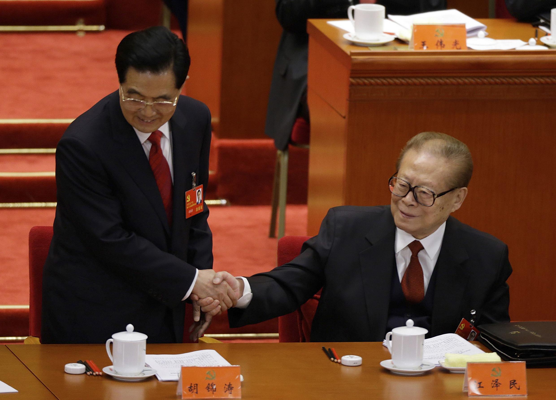 Hu Jintao (g) aux côtés de l'ancien président Jiang Zemin le 8 novembre 2012.