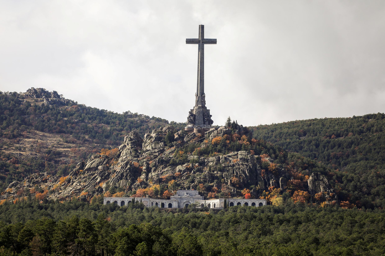 Desde su muerte en noviembre de 1975, Franco yace en el Valle de los Caídos, un imponente mausoleo a unos 50 km al noroeste de Madrid, que por decisión suya construyeron miles de presos políticos en los años 40 y 50 del siglo pasado.