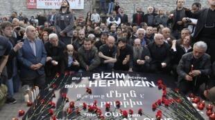 Pour la première fois, le 24 avril 2010 à Istanbul, des Turcs ont commémoré les massacres d'Arméniens de 1915-17. Pour ne pas heurter, les organisateurs avaient dans leur texte évoqué la «Grande catastrophe», au lieu d'employer le terme de «génocide».