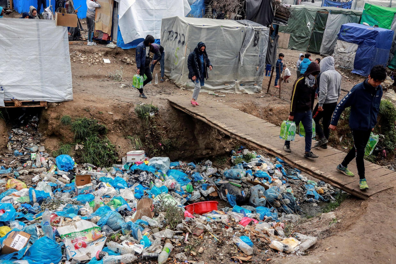 Des migrants circulent au milieu des détritus dans le camp de Moria sur l'île de Lesbos, le 2 avril 2020.