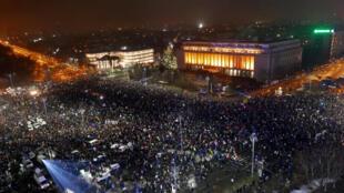 Meio milhão de pessoas protestaram em Bucareste e em outras 40 cidades da Romênia neste domingo (5).