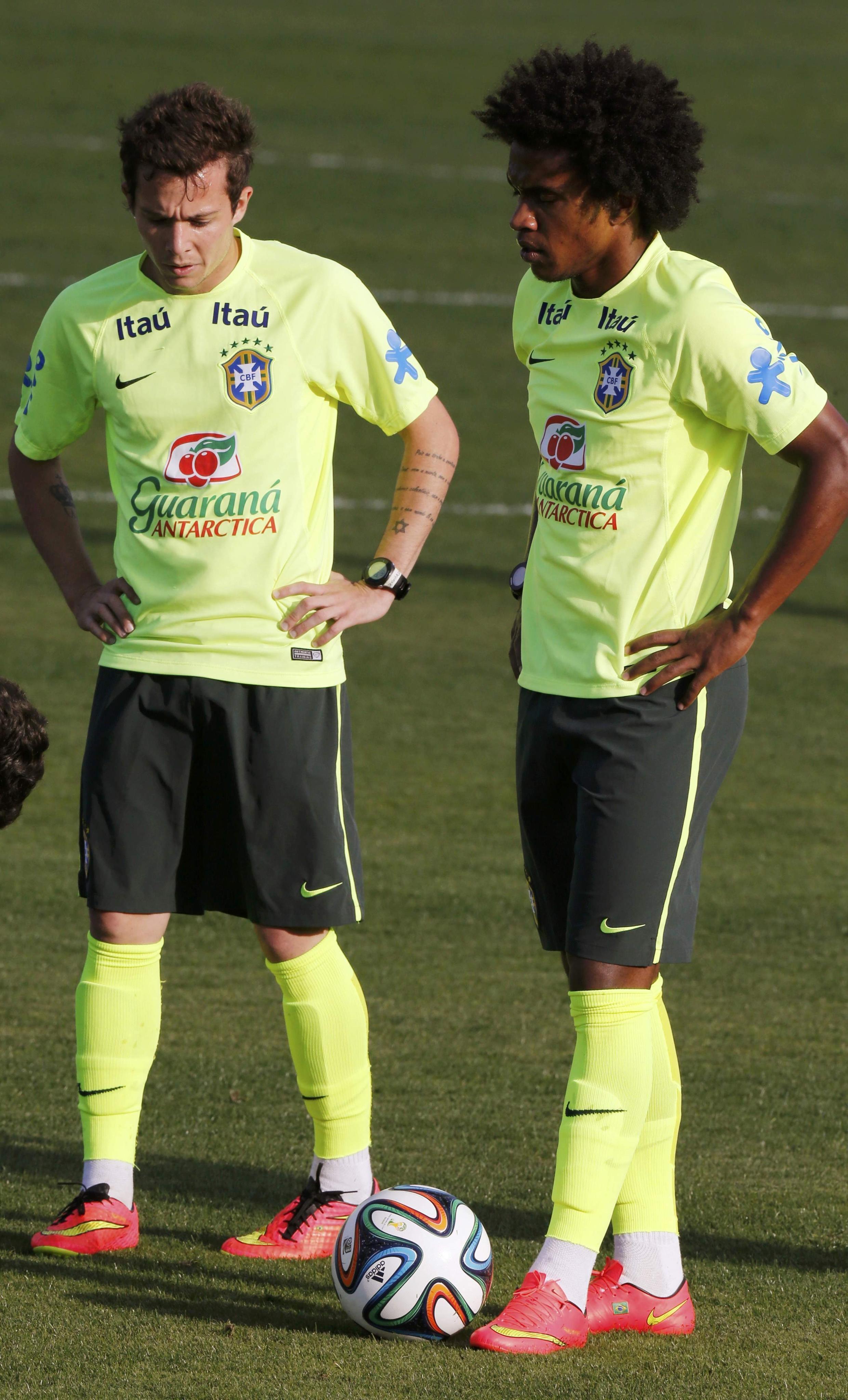 Hai cầu thủ Bernard (T) và Willian - đội Brazil - những người có thể thay thế ngôi sao Neymar.