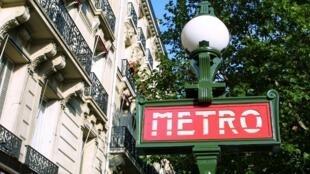 Biển báo một bến métro tại Paris.