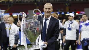 Zinedine Zidane với chiếc Cúp C1 thứ 2 liên tiếp 2 mùa bóng, trên sân Stadium, Cardiff Xứ Wales đêm 03/06/2017.