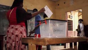 Une femme vote dans un bureau dans le quartier Camayenne. Le 18 octobre 2020.