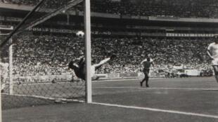 Le gardien de but Gordon Banks arrête un tir de Pelé lors de la Coupe du monde de football le 7 juin 1970.
