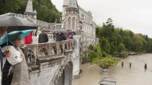 Cheias no Santuário de Lurdes, em França