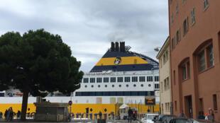 Chaque jour, les ferries venus de Corse entrent dans le port de Nice.