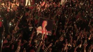Au Pakistan, la première journée de mobilisation des partisans d'Imran Khan, ici photographiés lors d'une manifestation à Islamabad, le 30 novembre 2014, a été endeuillée par la mort de l'un d'entre eux.