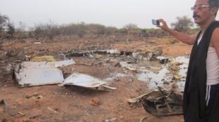 Очевидец фотографирует обломки самолета MD83, разбившегося на севере Мали, 24 июля 2014 г.