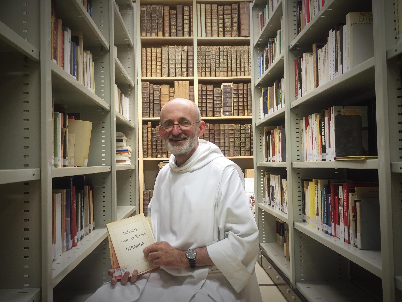 Издатель и переводчик отец Бертран Жеффрен в монастырской библиотеке, насчитывающей 60 тысяч книг