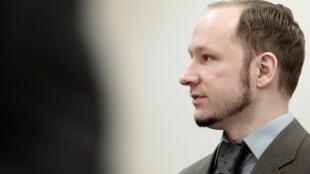 O assassino Anders Behring Breivik durante seu julgamento no Tribunal de Oslo, nesta quarta-feira, 25 de abril.