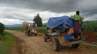 Des villageois kachins fuient les combats à proximité d ela frontière entre la Chine et la Birmanie.
