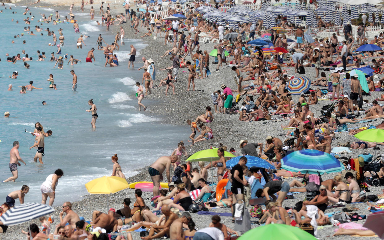 Turistas en la playa del Paseo de los Ingleses en Niza, el 11 de julio de 2017.