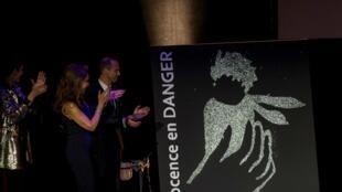 Soirée spectacle à l'occasion du 15e anniversaire de l'association Innocence en danger au Théâtre des Variétés à Paris, le 11 avril 2016.