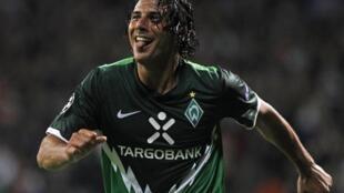 El peruano Claudio Pizarro celebra su gol contra la Sampdoria.