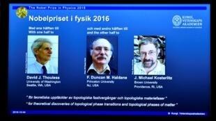 Una pantalla muestra a los tres científicos británicos galardonados con el Nobel de Física 2016. De izquierda a derecha, David Thouless, Duncan Haldane y Michael Kosterlitz. Estocolmo, 4 de octubre.