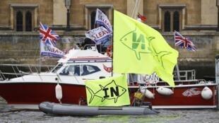 Des partisans du «In» et du «Out» en bateau se font face sur la Tamise à Londres, le 15 juin 2016, neuf jours avant un référendum déterminant pour le Royaume-Uni.