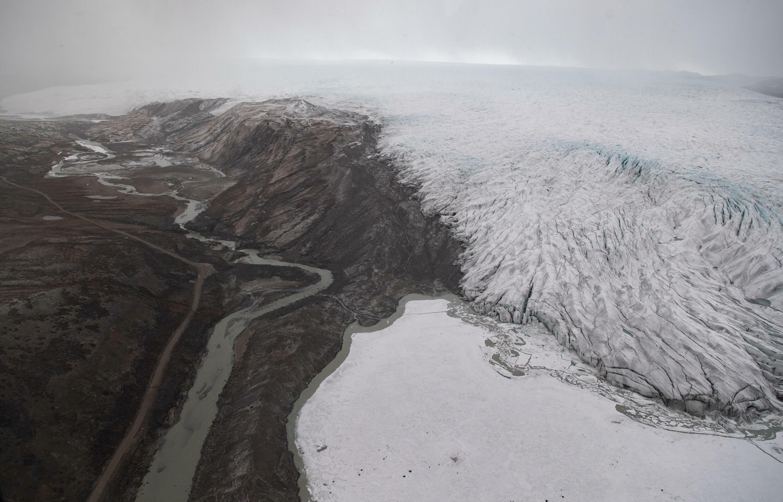 El hielo en retroceso de un glaciar de Groenlandia, en una imagen aáerea tomada desde un helicóptero cerca de Kangerlussuaq, el 20 de mayo de 2021 en el territorio ártico