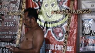 Un inmigrante de América Central en Chiapas en ruta hacia la frontera con Estados Unidos. La carrera hacia méxico es muy peligrosa para miles de indocumentados que cada año prueban suerte arriesgando robos, la muerte al caer de un tren o la deshidratación.