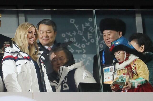 Tướng Bắc Triều Tiên Kim Yong Chol (P) và con gái tổng thống Mỹ, Ivanka Trump (T), tham dự lễ bế mạc Thế Vận Hội Mùa Đông Pyeongchang, Hàn Quốc, 25/02/2018.