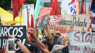 Biểu tình phản đối tôn vinh cố tổng tống Marcos nhân lễ kỷ niêm ngày sinh thứ 100 của nhà độc tài Philippines, tại Nghĩa trang các Anh hùng, Manila. Ảnh ngày 11/09/2017.
