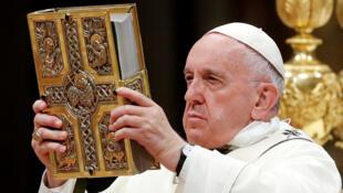 O Papa Francisco condenou os ataques que transformaram festa cristã em luto.
