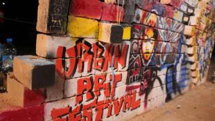 Une peinture murale live au Zoma Market au Jardin Andohalo.