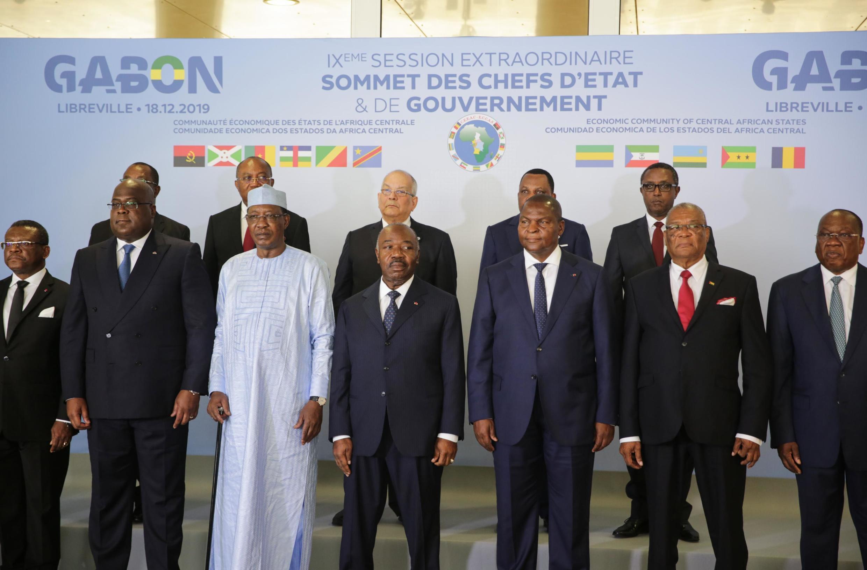 Le président gabonais Ali Bongo (c) au milieu des chefs d'État et de gouvernement présents lors du sommet de la CEEAC à Libreville, le 18 décembre 2019.