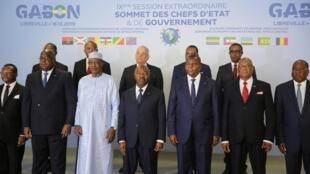 Le président gabonais, Ali Bongo, au milieu des chefs d'État et de gouvernement présents lors du sommet de la CEEAC à Libreville, le 18 décembre 2019. (Image d'illustration)