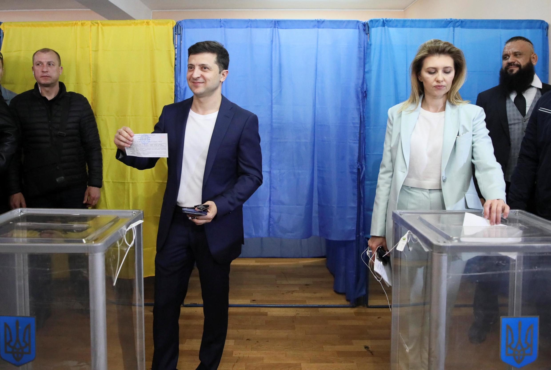 Владимир Зеленский с супругой на избирательном участке 21 апреля 2019