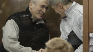 Mikhaïl Khodorkovski (T) và cựu cộng sự Platon Lebedev, tại phiên tòa ở Matxcơva, 03/03/2009