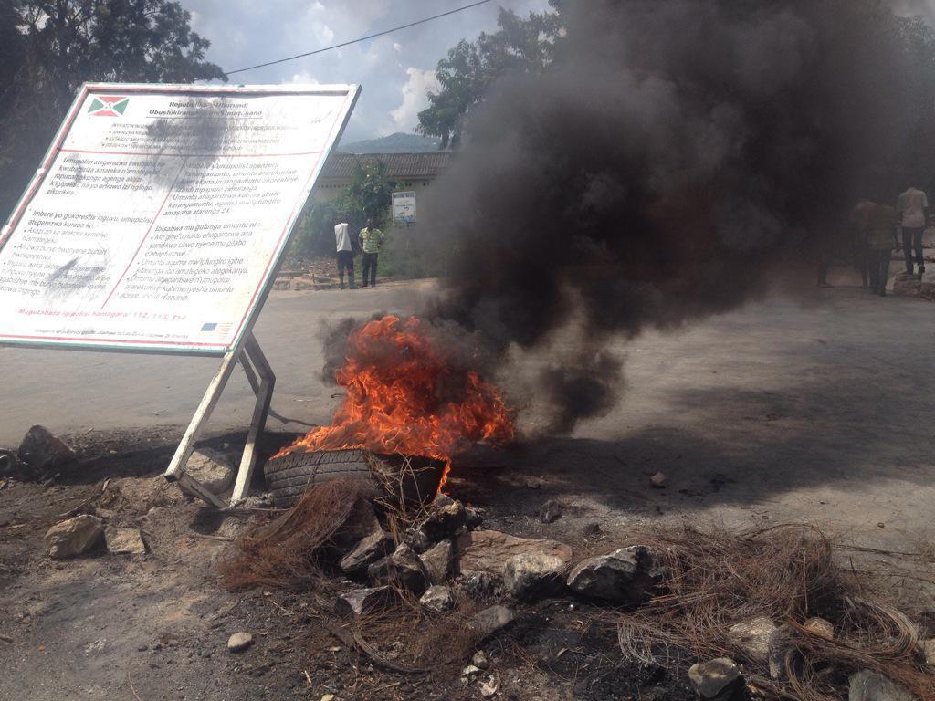 Des manifestants ont commencé à ériger de nouvelles barricades à Bujumbura. Les policiers menacent de les considerer comme des putschistes.