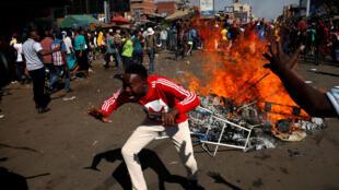 津巴布韦海拉尔的示威者与安防人员对抗