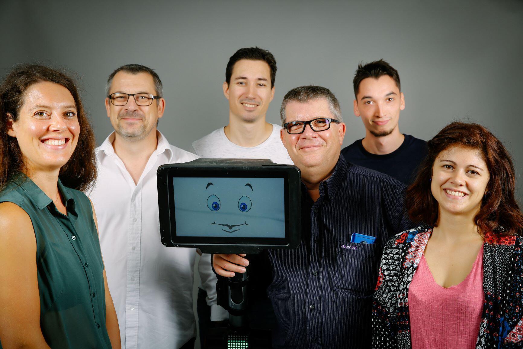 L'équipe d'Axyn Robotique, qui a conçu l'Ubbo Expert.